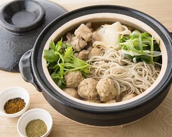 1度にいろいろな具材を楽しめて、ポカポカあったまる鍋料理。野菜の出汁を使えば具材の味を引き出しながらまとめてくれます。お蕎麦も加えて「年越し鍋」にするのも楽しいですね。