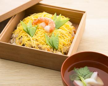 「ばら寿司」は、高野豆腐やしいたけ、人参、たけのこなどをかつお出汁で丁寧に煮るのが味の決め手。ばら寿司に添えるお吸い物にもかつお出汁を使って。
