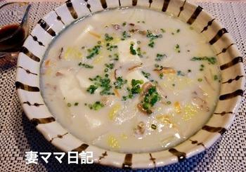 湯豆腐だと物足りないという人は、白菜入りのレシピはどうでしょう? 寒い季節にぴったりの温かなひと品。 お好みでポン酢や醤油などを加えてもOK!