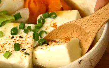 """普通の湯豆腐に""""重曹""""を入れると、とろっとクリーミーで濃厚な湯豆腐の出来上がり♪"""