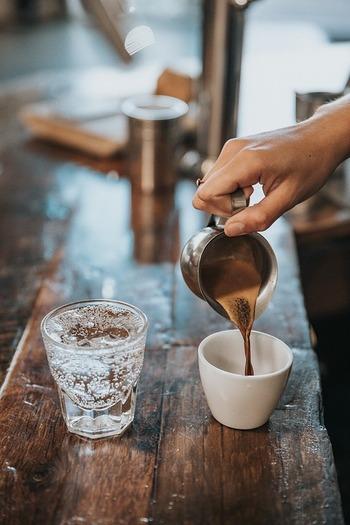 眠気覚ましとして使われることも多いカフェインには、その血管収縮作用や利尿作用によって、解熱・炎症抑制効果などがあるとも言われています。ただし、カフェインを摂り過ぎると脳の覚醒状態が続き、心身の休息を邪魔する場合も。風邪薬にもあらかじめよく含まれている成分なので、過剰摂取とならないよう、コーヒーや紅茶の飲み過ぎには注意が必要です。