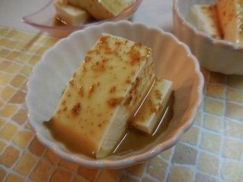 市販のごまドレッシングとポン酢を混ぜるだけの簡単レシピ。 さっぱり濃厚なので、どんどん湯豆腐が進みます。