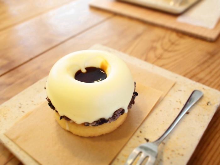 これ、何だと思いますか? ドーナツみたいですが…「ティラミス」です。チョコレートタルトの上に、マスカルポーネチーズのムースがのりホワイトチョコレートでコーティング、中央にビターなコーヒーのソース…一度食べたら虜になります!