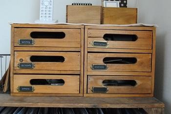 ワンコインストアで手に入るボックスをアレンジしている方も。  これなら、文房具もちょっとした手帳や書籍も同じ場所に収納できますね。