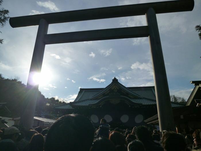 「初詣(はつもうで)」は、新年に初めて神社や寺院におまいりして、新しい1年が良い年であるように祈願する行事。年ごとに縁起の良い方角にある神社や寺院にお参りすることを「恵方参り(えほうまいり)」といいます。
