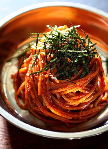 パスタ用の麺をつかった、ビビン麺風のスパゲティ。味つけは味噌や唐辛子などをつかっていますので、お家にコチュジャンがないときにも気軽にトライできます。好みによって、辛さの調節も可能♪メイン料理としてはもちろん、お家バルの箸休めとしても活用できそうです。