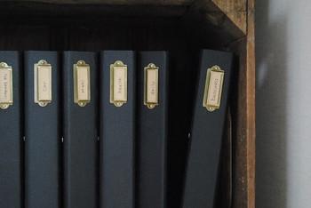 ブラックのファイルをこのようにおしゃれに加工して、書類の種類別に収納するのも◎  ラベルもつけて、どのファイルに何が保管されているのかを明らかにしておくとベターですね。