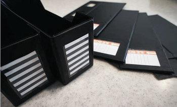 幅が広めのボックスなら、書籍・書類だけでなくPC周辺の小物もすっきりと収納できますね!