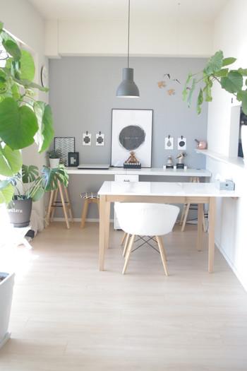 空間に余裕があれば、大きめサイズの観葉樹をディスプレイするのも良いですね。  殺風景になりがちなワークスペースも、お部屋にやすらぎが生まれますよ。  葉っぱが大きいものを使うと、お部屋のアクセントにもなります。