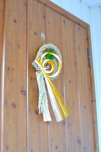 しめ飾りには、不浄なもの、災いを除ける意味合いがあります。玄関ドアにフックなどがない場合は「剥がせる両面テープ」でフックを取り付けるのも手です。お正月が過ぎれば跡を残さず剥がせるので安心。