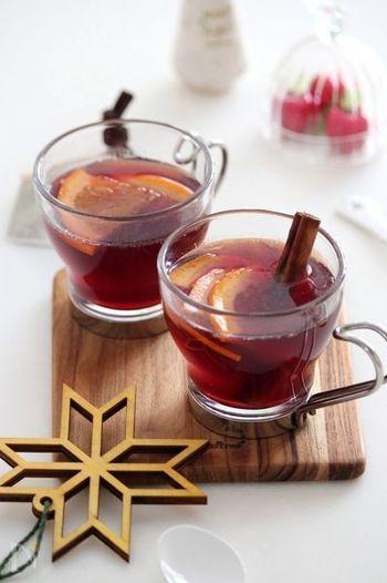 赤ワインとりんごジュース、オレンジで作るホットサングリアは、冬のおもてなしに最適。シナモンがぴりりと効いた、大人のためのドリンクです。