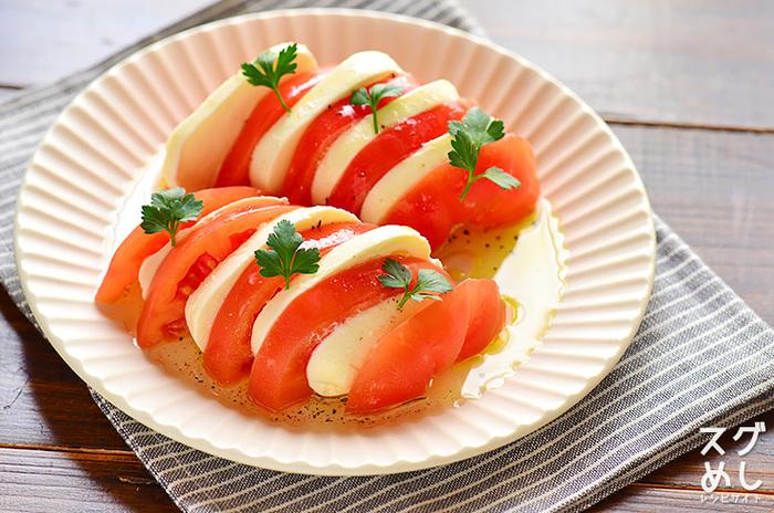 トマトとバジル、そしてチーズの、シンプルながらも爽やかなサラダ。 お酒のおつまみにもなる一品です。