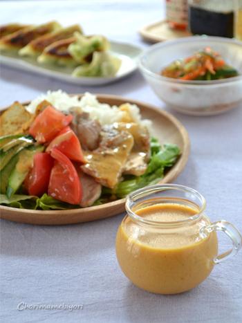 ターメリック入り、ヨーグルトドレッシングのスタミナが出そうなサラダご飯はいかがでしょう? ご飯も野菜も一気に摂れるから、食欲がないときにもおすすめです。