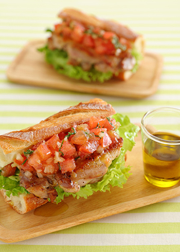 トマトにバジルにオニオン。 あっさりとしたチキンサンドは、朝食やお弁当にもおすすめです。