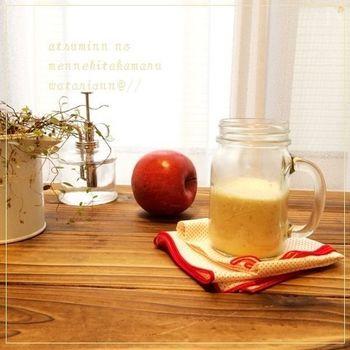 りんご、生姜、無調整豆乳、マヌカハニー(またははちみつ)をミキシングして作るホットスムージー。材料だけ見ても、身体に良いものばかり。朝食にいただいてもとっても元気になれそうです。