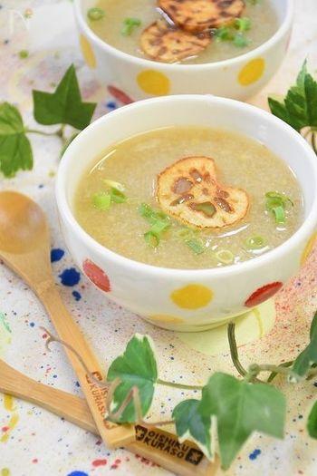 れんこんの絞り汁を温めて作るレンコン湯は、昔から咳止めとして用いられてきました。これは喉の炎症を改善したり、アレルギーの原因となるヒスタミンを抑制したりするタンニンという成分によるもの。すりおろしたれんこんを丸ごと使うこちらのスープなら、自然なトロミと生姜効果でさらに身体をポカポカにしてくれます。