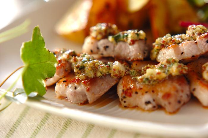 ミントマスタードには、ミントの他、松の実やニンニクも入っています。 爽快感もあり刺激もある、ほどよさがチキンによく合うレシピです。