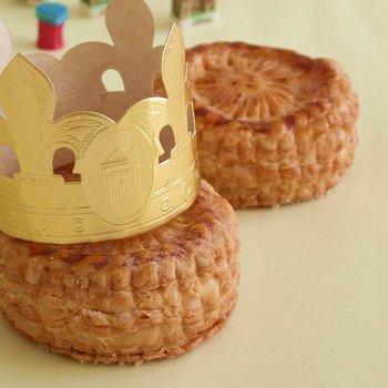 ガレット・デ・ロワは直訳すると「王のお菓子」。1月6日に切り分けてフェーヴを引き当てた人は「王(王女)」になることができるんです♪その日は王冠をかぶり、皆から祝福され一年を幸せに過ごせるのだとか。  *諸説あります