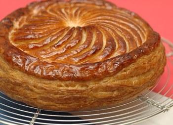 ガレット・デ・ロワは、1月6日の公現祭(こうげんさい)に食べられるフランス菓子のこと。フランスでは「ガレット・デ・ロワを食べないと一年が始まらない」と言われるほどの定番お菓子なんですよ。  *公現祭とはキリスト教の祝日で、「東方の三賢人」と呼ばれる3人ががキリストの誕生を祝って訪問・礼拝したといわれている日で、キリスト教にとって特別な日なのだとか。