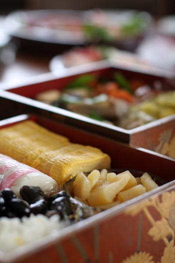 いかがでしたか?日本のお正月に欠かせないおせち料理。せっかくのお祝い料理を一生懸命作ったら、器にもこだわってみるのも良いかも。今年は「めでたさが重なる」という願いが込められている重箱で、お正月を家族や友人と一緒にお祝いしませんか?