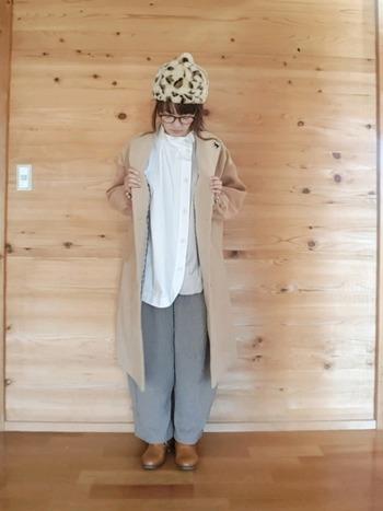 淡泊な色味で揃えた装いは、小物使いでのっぺり感を払拭。アニマル柄のファー帽子なら、コーディネートが一瞬で個性的に変わります。