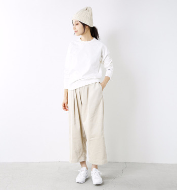 トップス、ボトム、小物…。すべてをホワイトでまとめた着こなしは、冬にこそ実践したい上級者スタイル。ニット帽のモコモコ感で、寒々しいイメージにもなりません。