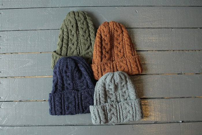 まず押さえておきたいのは、使い回しやすい、オーソドックスな帽子。特にこの季節の王道とも言える、シンプルなニット帽はハズせません。色はもちろん、ニットの種類によってもいろんなテイストが味わえますよ!