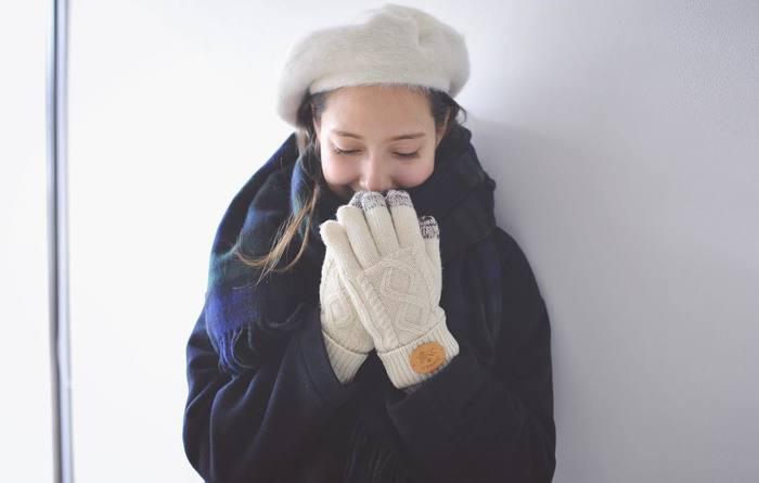 顔回りを華やかにするだけでなく、コーディネートのバランス調節にも貢献。そんな役割りを持つ帽子は、素材を温かみのあるものにするだけで、さらに装いをおしゃれに見せてくれます。そこで今回は、注目の素材別に、あったか帽子を使ったコーディネートを特集。寒さが厳しくなるこれからに向けて、ぜひチェックしてみてくださいね。