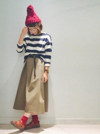 太めピッチのボーダーTシャツにチノスカート。そんな正統派カジュアルには、レッドのニット帽とソックスで、自分らしいエッセンスを加えます。