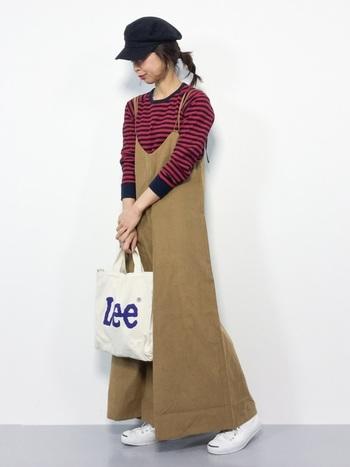 乙女チックに傾きがちなキャミソールワンピース。メンズライクなボーダーTシャツがその甘さを和らげ、親しみやすいスタイルに仕上げます。