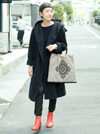 ブーツでレッドを取り入れた上級者な装い。たとえ洋服がすべてブラックでも、地味なイメージになりません。
