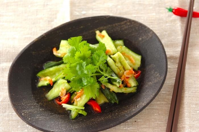 甘みと酸味が見事にマッチしたタイ風のパクチーサラダ。干しエビの他にも砕いたナッツをトッピングしても◎お酒もすすむパクチーサラダです。