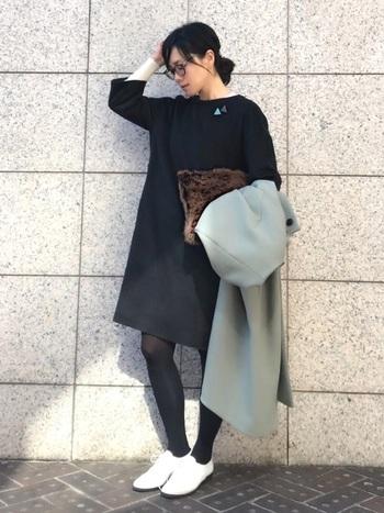 ブラックのワンピースにブラウンのバッグ。一見暗くなってしまいそうな組み合わせですが、バッグに光沢があるため、沈んだ感じにはなりません。