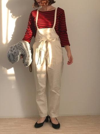 ボーダーTシャツとオーバーオールのカジュアルな着こなし。クラシックバッグのもこもこのケーブル編みが、スタイルをよりナチュラルなベクトルへ導きます。