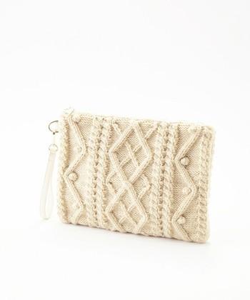 冬のあったか素材の定番と言えば、「ニット」。メンズライクなクラッチバッグも、ニット素材にすることで、ソフトで女性らしい雰囲気にチェンジします。