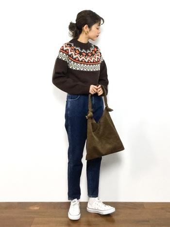 角度によって光沢感が変化する、コーデュロイのトートバッグ。ノスタルジックなノルディック柄ニットとは、相思相愛の模様です♡