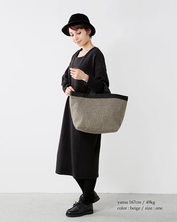 落ち着いた雰囲気を醸すウール地のトートバッグ。グレーにブラックの縁取りがピリリと効いています。