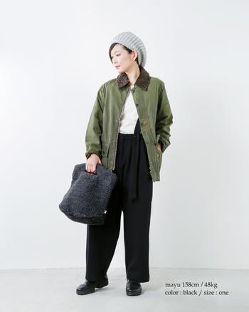 持ち手がユニークなトートバッグは、ボア素材でさらに個性を主張。カラーリング・型ともに、ボーイッシュなスタイルにぴったりです。