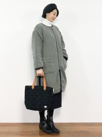 ダークトーンのトートバッグも、ハンドルが明るめの色であれば軽やかな印象になって◎。コーディネートの差し色にもなってくれます。