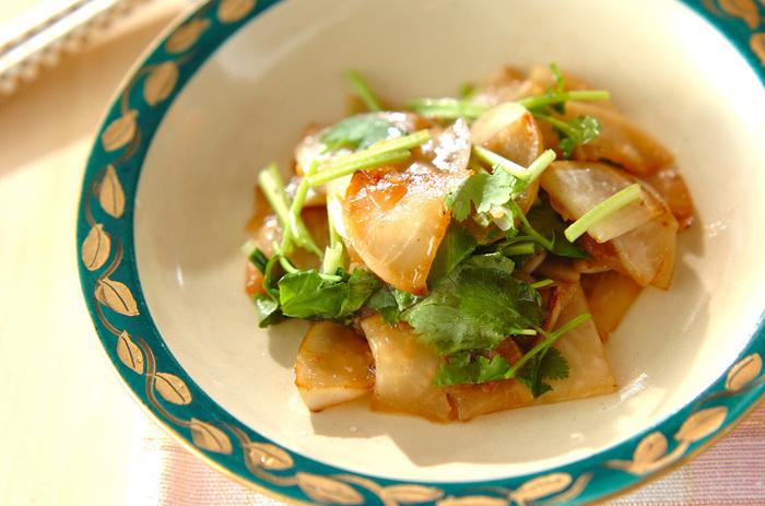 冬の旬野菜、カブとパクチーの炒め物。ついつい和食になりがちなカブをエスニックな副菜にアレンジしてみましょう。パクチーのグリーンで彩りも綺麗♪