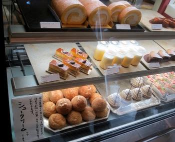 他にも、シュークリームや季節のタルト、ロールケーキ、焼き菓子などなど、美味しい物がたくさん♪アップルパイやスイートポテトなども個性的なビジュアルです。 小さな一軒家の1階がお菓子屋さん、2階がカフェになっています。