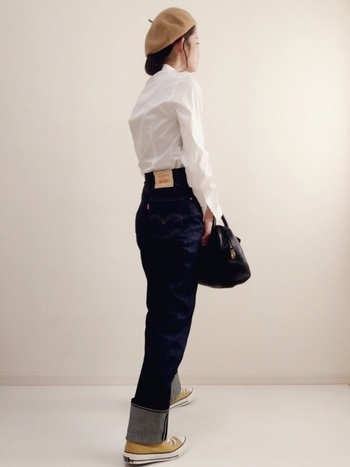 股上深めのデニムは、シャツをインすれば脚長効果バツグン。キレの良いホワイトとネイビーの配色が、洗練された雰囲気を醸します。