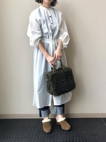 フェミニンなシャツワンピースは、デニムを合わせてカジュアルダウン。ボアのバッグとスリッポンで、季節感を盛り上げます。