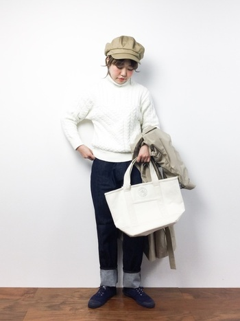 ベージュのキャスケットに真っ白なキャンバストート。きれいめのインディゴデニムと相まって、シンプルな着こなしが上品なフレンチスタイルに転びます。