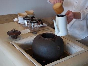 2階のカフェでは、茶釜で沸かしたお湯で、丁寧にドリンクを淹れてくれます。ちょっとわくわくしますね♪