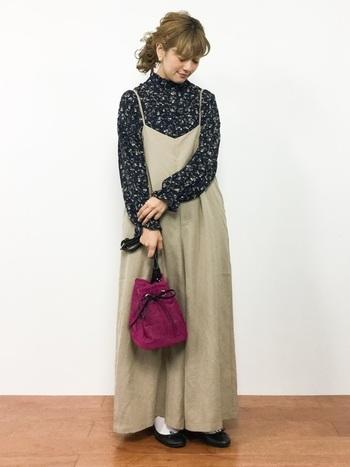 花柄のオフタートルトップスを、ベージュのワンピースと合わせた着こなしです。ボルドーカラ―のバッグが、良いアクセントになっていますね。