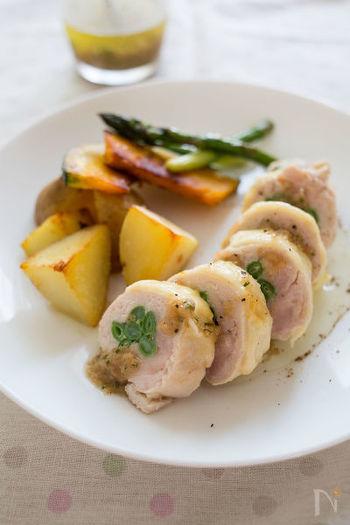 茹で野菜を鶏肉で巻いたヘルシーなイタリアンロール。チーズをまぶしてから焼き目をつけて、味付けはシンプルにイタリアンドレッシングでさっぱりと。濃い味の前菜に飽きた時は、たまにはあっさり系を作ってみるのもいいですね。