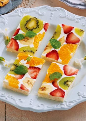 サンドイッチ用の食パンも、フルーツをのせれば見た目も華やかなオープンサンドに変身。フルーツの酸味に合うよう、生クリーム部分には、プレーンヨーグルトを混ぜて甘酸っぱく仕上げます。なるべく間が開かないようにフルーツを並べるのが、ポイント。美味しい季節のフルーツで色々アレンジしてみましょう。