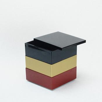 2~3名様用の重箱として使われる約13.5cm角の4.5寸の小サイズは、1段で使用する場合は、一人分のちらし寿司などにちょうど良く、1段を4ブロックに分ける黒色の仕切りカップ2段分の8点がついてきます。