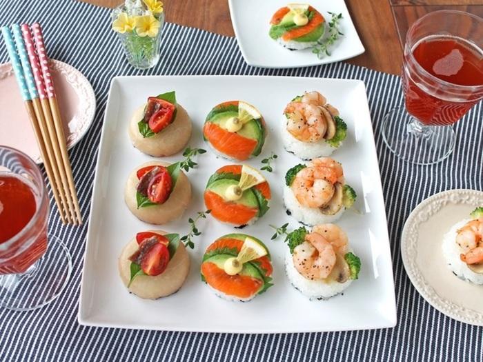コロンとした見た目が可愛い洋風の一口寿司。持ちやすいように、一番下にはちぎった海苔を引いており、ご飯は紙コップなどで丸くかたどります。トッピング部分のエビときのこのアヒージョも、耐熱容器に材料を入れてレンジで加熱すれば簡単です。皆で作るのも楽しいですね。
